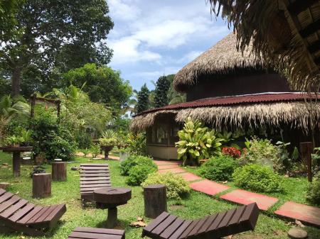 Entspannungsort der Turtle Lodge mit Liegestühlen