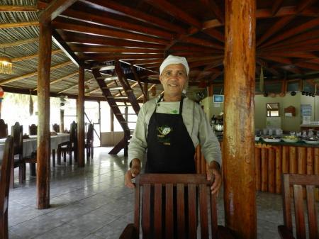 Angestellter der Turtle Lodge im Restaurant