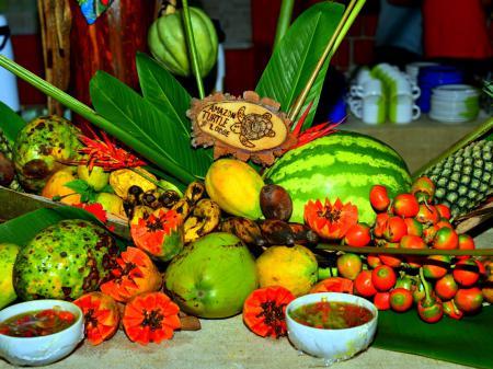 Dekoration aus Obst auf dem Buffet der Turtle Lodge