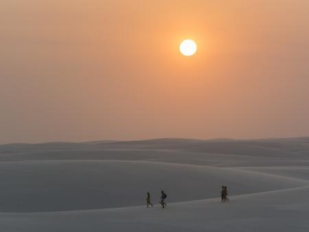 Farbenintensiver Sonnenuntergang in den Dünen der Lencois Maranhenses
