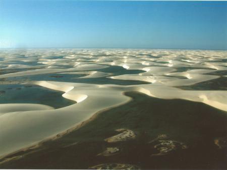 Mit Wasser gefüllte Lagunen in den Lencois Maranhenses