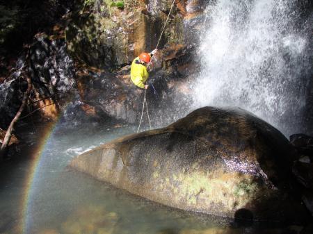 Abseilen in einem Wasserfall im Atlantischen Regenwald