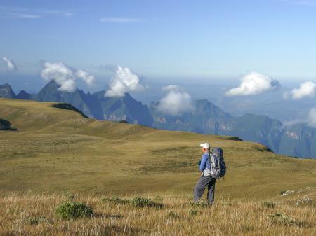 Ein Gast genießt die fantastische Aussicht in der Serra Catarinense