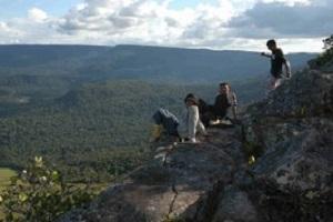 Wanderer auf einem Felsen des Auyan Tepui bei einer Reise durch Venezuela.