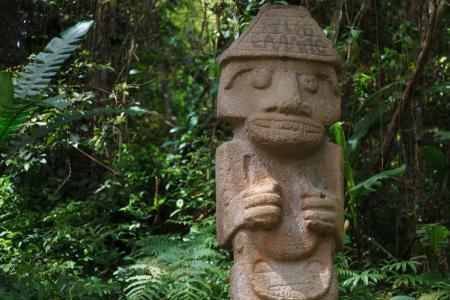Die kulturellen Statuen des archäologischen Parks San Agustin besichtigen