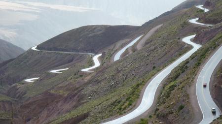 Auf dem Weg durch den Norden Argentiniens reisen Sie auf gewundenen Straßen durch die Landschaft