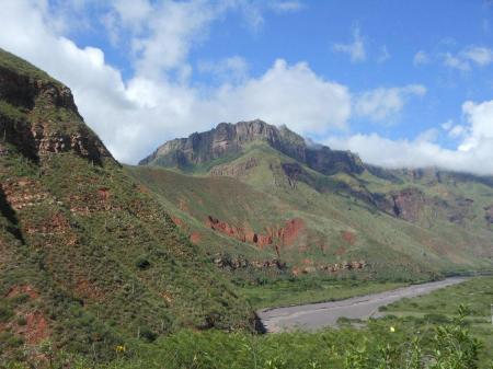 Erleben Sie eine Rundreise durch den Norden von Argentinien und durch grüne Berglandschaft
