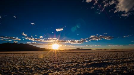 Lassen Sie sich einen Sonnenuntergang im Salar de Uyuni auf einer Rundreise nicht entgehen