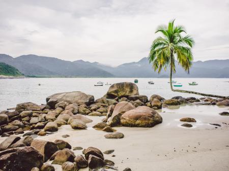 Boote liegen vor der Ilha Grande