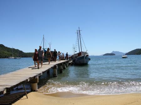 Gäste erreichen per Boot die Ilha Grande