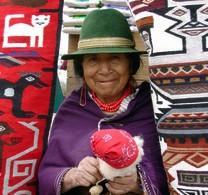 Indio Frau in Otavalo bei einer Reise durch Ecuador