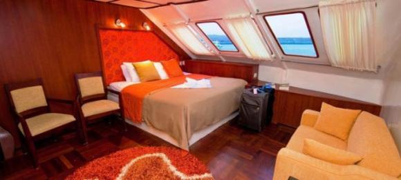 Zimmer auf der Anahi Yacht bei einer Reise durch Ecuador auf dem Weg zu den Galapagos Inseln im Pazifik