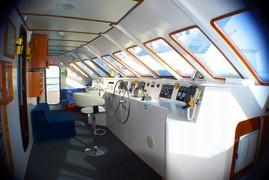 Die Brücke der Anahi Yacht auf einer Fahrt durch den Pazifik Richtung Galapagos bei einer Reise durch Ecuador