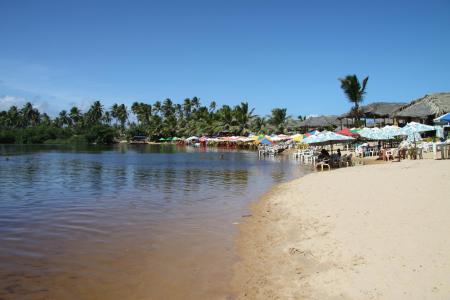 Den weißen Sandstrand in Imbassai in Brasilien genießen