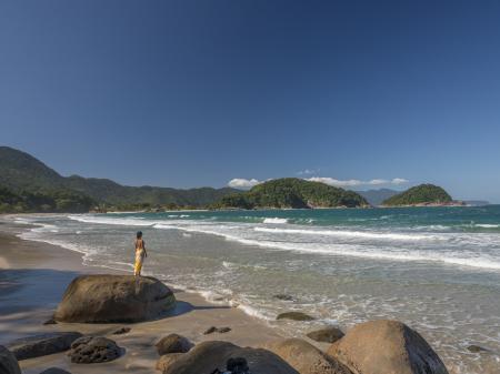 Eine Frau genießt den Strand in der Nähe von Paraty