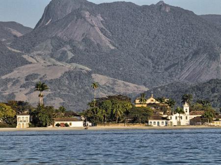 Ausblick vom Wasser aus auf Paraty und das Küstengebirge der Costa Verde