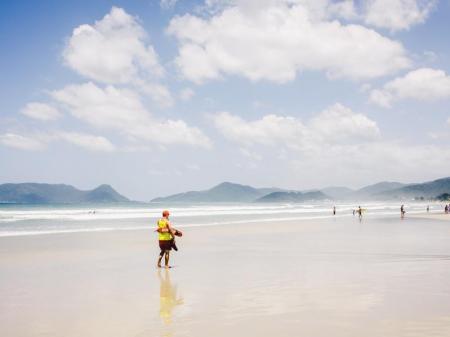 Sandstrand mit Rettungsschwimmer in Campeche, Florianópolis, Brasilien