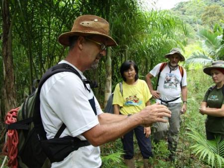 Guide erklärt den Gästen die Flora im Atlantischen Regenwald