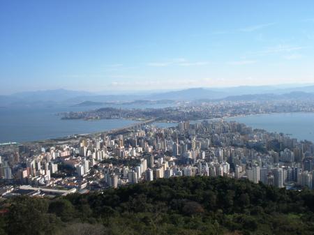 Fantastischer Aussicht vom Berg Morro da Cruz auf Florianopolis