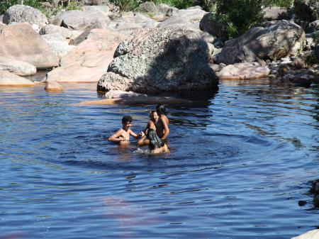 Spielende Kinder in einem Naturschwimmbecken der Chapada Diamantina