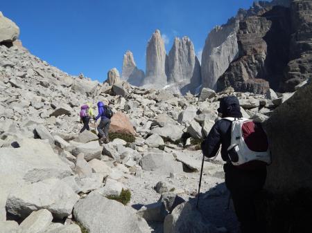 Wandern Sie zu den berühmten Paine Towers und erleben Sie die atemberaubenden Ausblicke in Patagonien