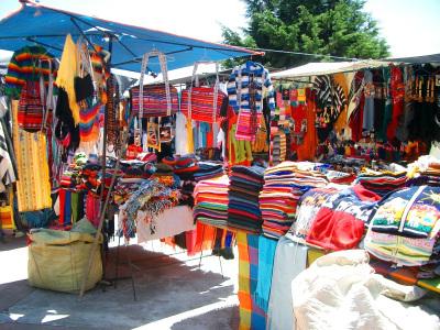Kleidung auf dem Indianermarkt in Otavalo auf einer Ecuador Rundreise