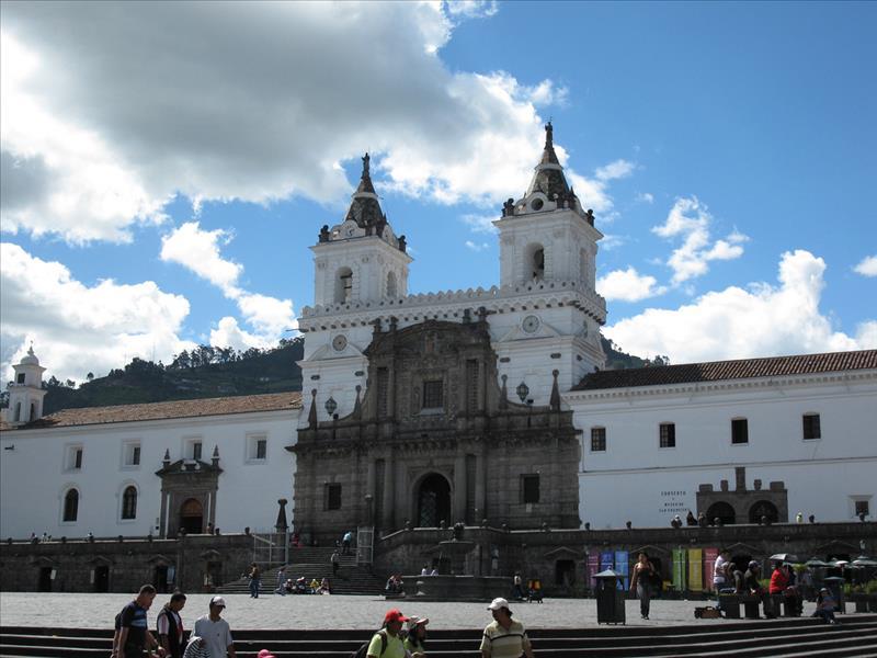 Ein beeindruckendes Kolonialgebäude in Quito auf einer Rundreise durch Ecuador