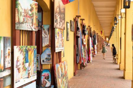 Auf einer Stadtbesichtigung im Stadtzentrum Cartagenas in den örtlichen Märkten und Kunstläden stöbern