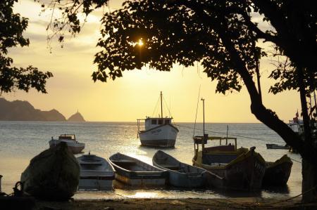 Den idyllischen Hafen von Santa Marta in Kolumbien beim Sonnenuntergang erleben