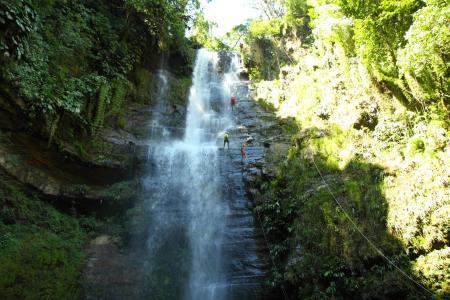 Abenteuertour im Ort San Gil erleben und an einem Wasserfall hinab seilen