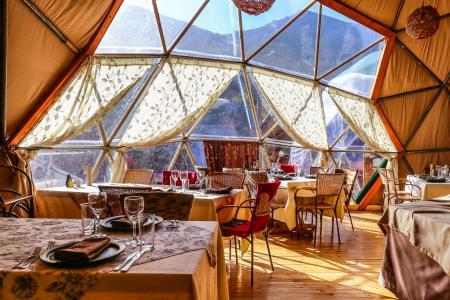 Genehmigen Sie sich eine Mahlzeit im Community Dome des EcoCamp Patagonia