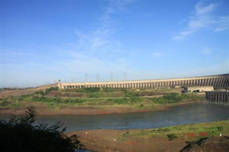 Entfernter Blick auf den Itaipu Damm