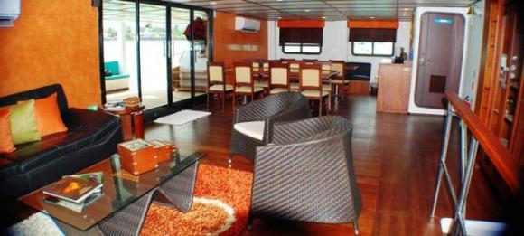 Das Restaurant der Anahi Yacht auf einer Fahrt durch den Pazifik Richtung Galapagos bei einer Reise durch Ecuador