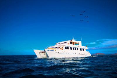 Die Anahi Yacht auf Fahrt durch den Pazifik zu den Galapagos Inseln bei einer Reise durch Ecuador