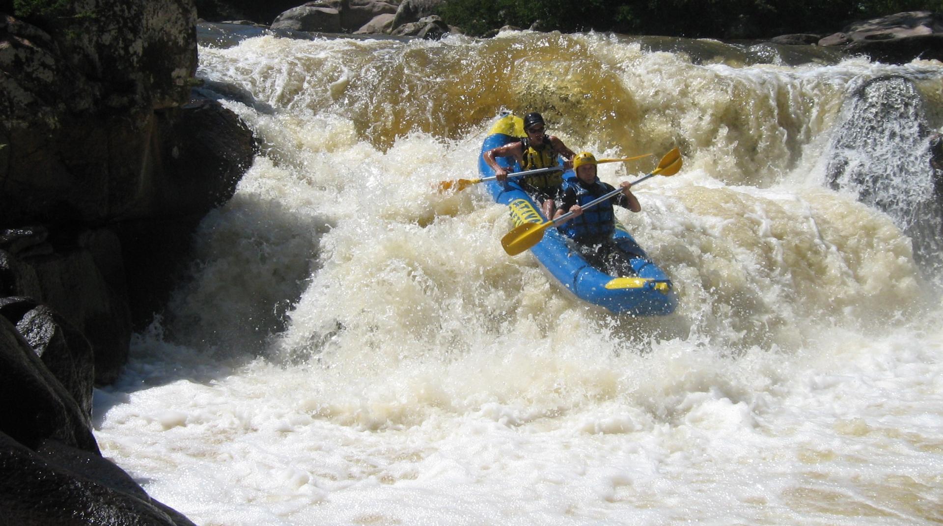 Wildwasserkajak auf dem Cubatao Fluss