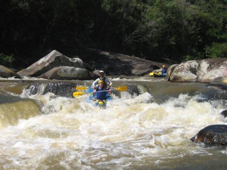 Durch Schnellen paddeln beim Wildwasserkajak auf dem Cubatao Fluss