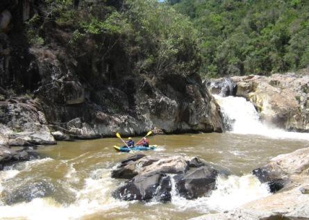 Paddeln im Wildwasserkajak auf dem Cubatao Fluss