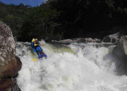 Wildwasserkajak in einem Gefälle auf dem Cubatao Fluss