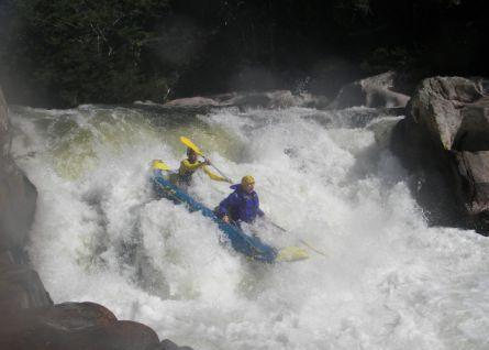 Abfahrt im Wildwasserkajak auf dem Cubatao Fluss