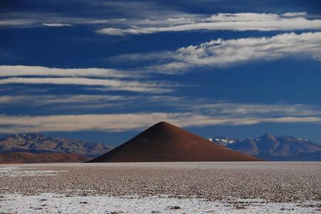 Auf der Reise durch Argentiniens Norden entdecken Sie Salzseen umringt von Vulkanen
