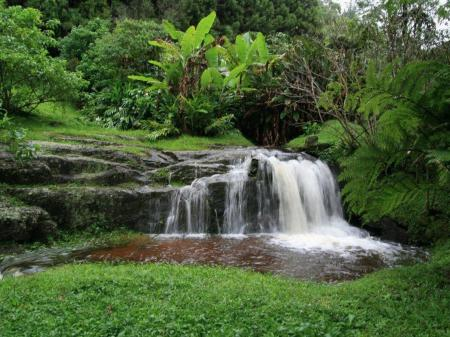 Kleiner Wasserfall in den Bergen von Nova Friburgo