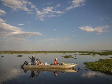 Gäste auf einer Bootsfahrt im Nord-Pantanal