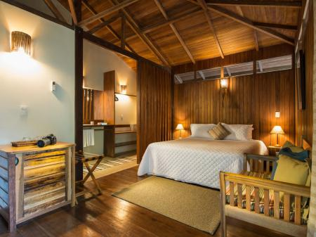Komfortabler Schlafbereich eines Bungalows in der Anavilhanas Lodge