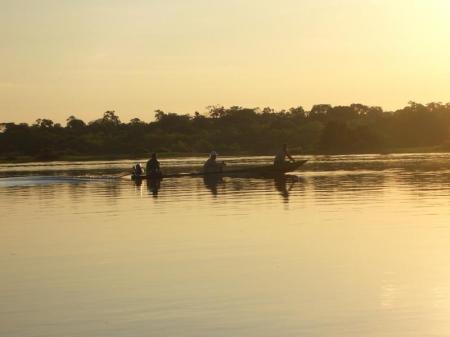 Motorkanu auf einem Fluss im Abendlicht im Amazonas-Regenwald