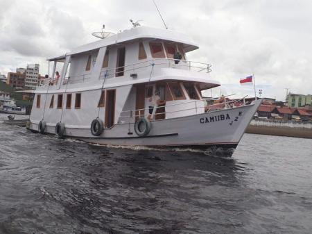 Expeditionsboot Cruzador auf voller Fahrt auf dem Roi Negro