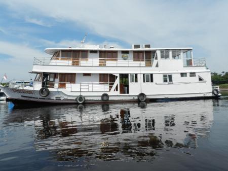 Das Expeditionsschiff Cruzador auf Fahrt im Amazonasgebiet