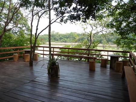 Juma Amazon Lodge große Holzterrasse mit Ausblick