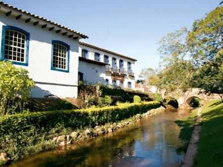 Flusslauf vor historischer Kulisse in Tiradentes