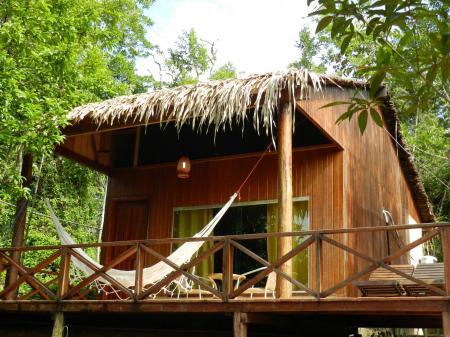 Hängematte vor Bungalow der Turtle Lodge im Amazonas