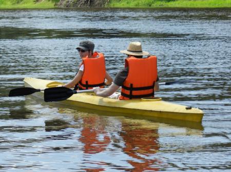 Gäste entdecken den Amazonas per Kajak zu Wasser